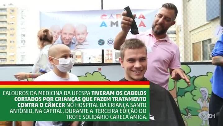 Crianças em tratamento contra o câncer cortam cabelos de calouros da Medicina no Hospital Santo Antônio, na Capital