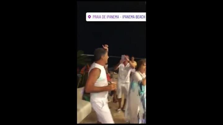 Renato canta hino do Grêmio em festa de Réveillon