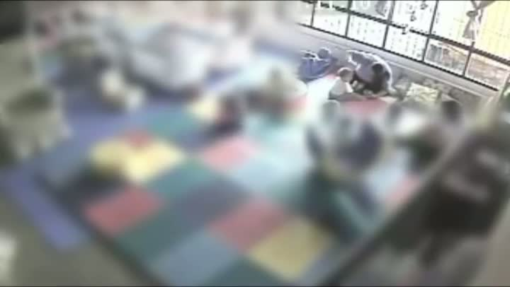 Câmeras de segurança flagram funcionária de creche agredindo crianças em Candelária