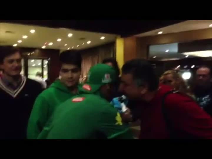 Neymar atende fãs no saguão do hotel da Seleção - 08/06/2013