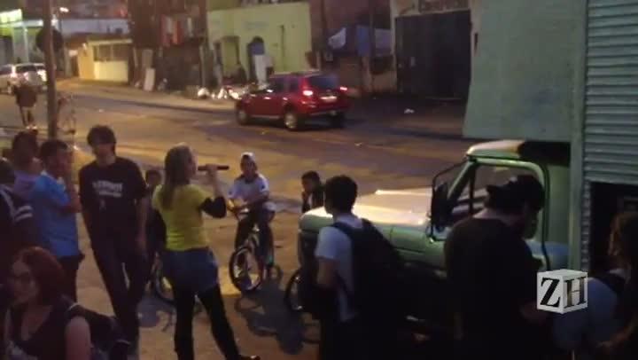 Manifestantes se concentram em frente ao Postão, na Vila Cruzeiro