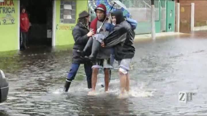 Idosa é resgatada de casa inundada em Esteio