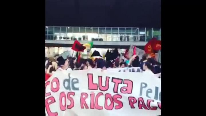 Manifestação contra aumento das passagens termina com contêineres de lixo queimados em Porto Alegre. 23/01/2014