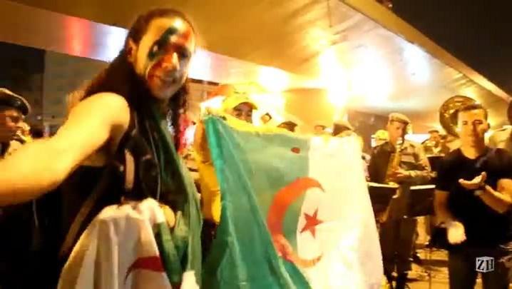Torcedores argelinos comemoram vitória com banda da Brigada Militar