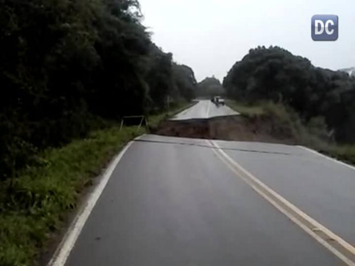 Jovem filma cratera se abrindo em estrada no Oeste