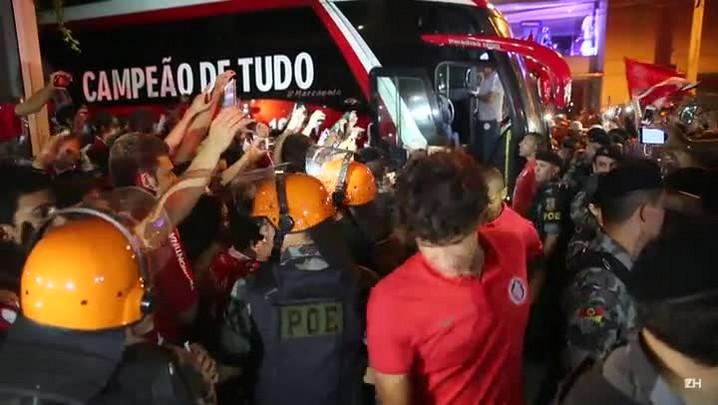 Jogadores do Inter são ovacionados em Bento Gonçalves