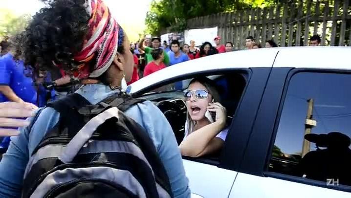 Motorista e manifestantes batem boca em protesto em Porto Alegre
