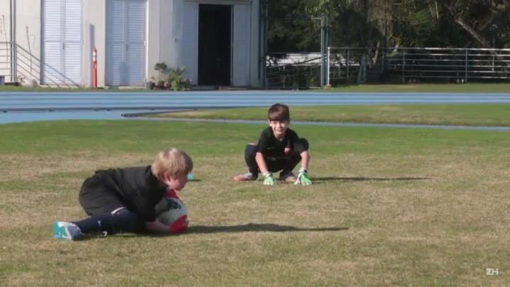 Crianças aproveitam a chance de treinar em escola do Barcelona