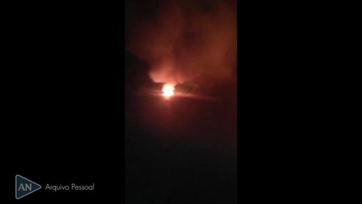 Caminhão tomba e pega fogo na BR-376