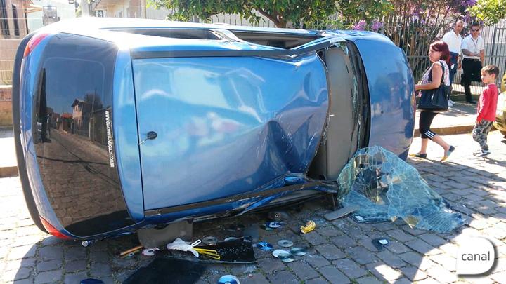 Motorista perde o controle e capota carro no bairro Fátima, em Caxias do Sul