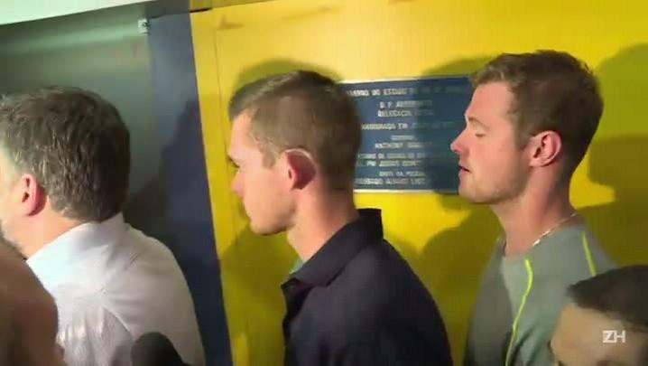 Polícia retira nadadores americanos de avião
