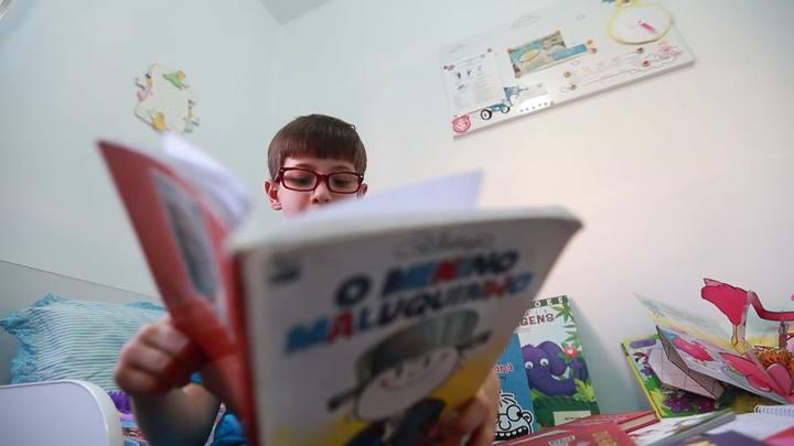 Menino que leu mais de 400 livros dá cinco dicas para crianças