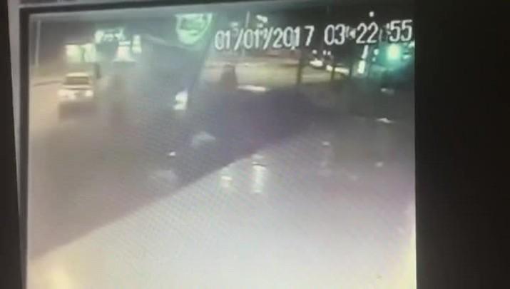 Câmeras de segurança mostram colisão de Camaro nos Ingleses, em Florianópolis