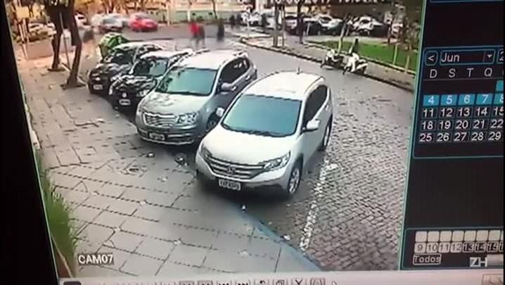 Carro atropela duas mulheres na calçada em Santa Cruz do Sul