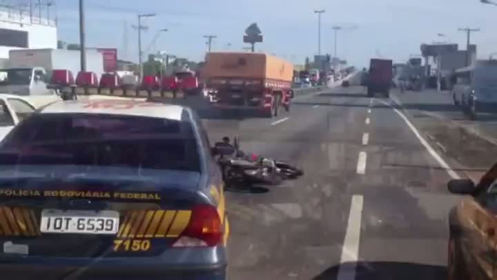 Acidente grave mata motociclista e congestiona BR116, em Canoas. 18/12/2012