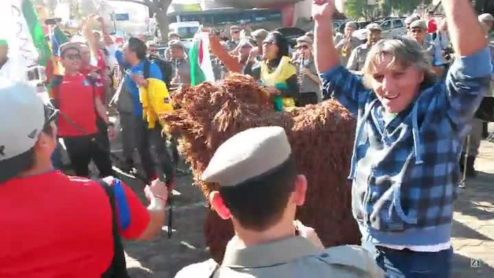 Leão coreano dança com a banda da Brigada