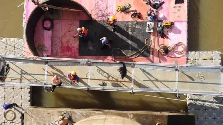 Mergulhadores se preparam para fazer reparo na Ponde da Integração