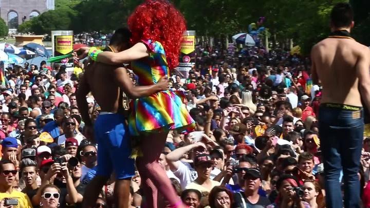 Parada Livre movimenta público LGBT no Parque Farroupilha