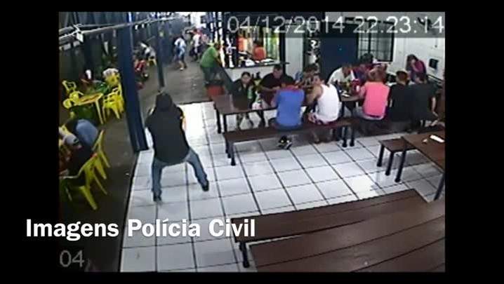 Imagens mostram homem atirando em quadra de futebol na Capital