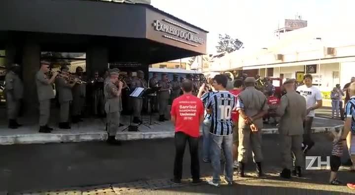 Banda da Brigada Militar toca Show das Poderosas