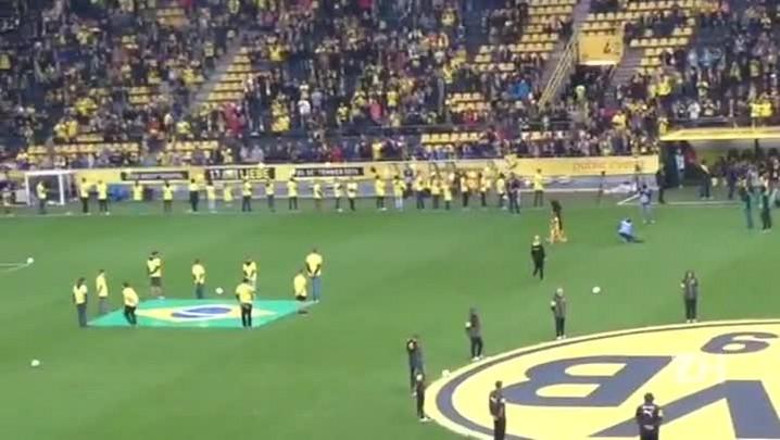 Tinga é ovacionado em estádio alemão