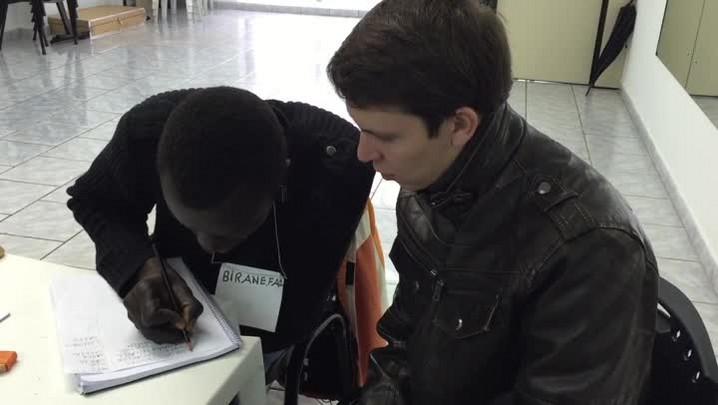 Voluntários dão aulas de português para imigrantes em Porto Alegre