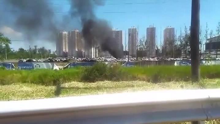 Carro pega fogo no estacionamento da Arena do Grêmio