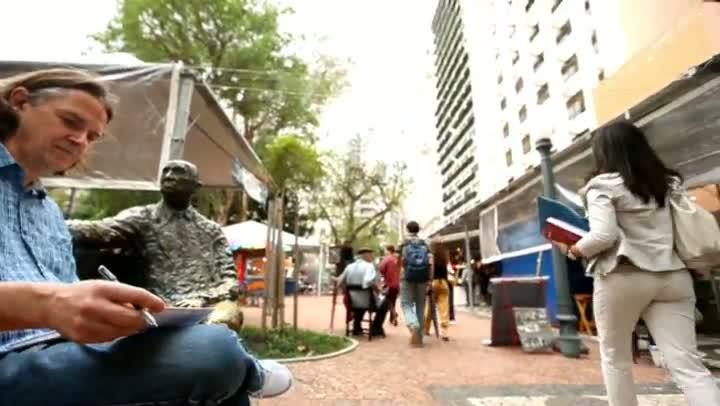 Feira do Livro: poetas são desafiados a criar versos ao lado de famosas estátuas da Praça