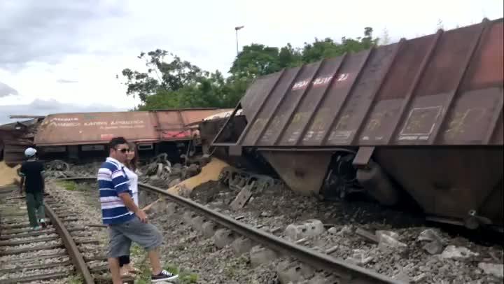 Trem carregado de trigo descarrila em Pelotas