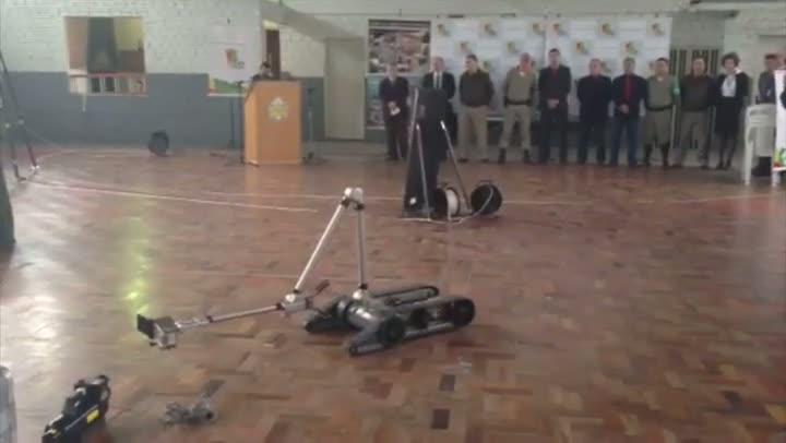 Confira no vídeo como funciona o robô antibomba que chegou ao estado. 08//08/2013