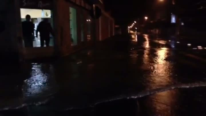 Montenegro: Lojista tenta montar barreira para evitar que água entre em estabelecimento. 26/08/2013
