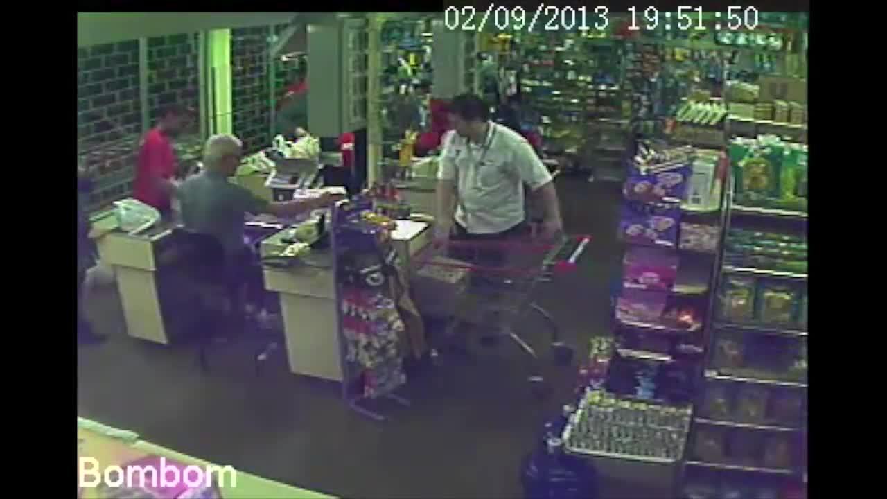 Confira outro roubo realizado pelo suspeito de assaltar o Zaffari no Menino Deus. 18/10/2013
