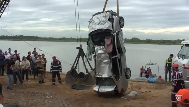 Carro é retirado do Guaíba após cair de ponte