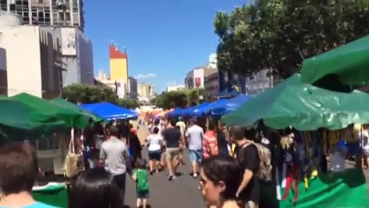 Torcedores comemoram vitória e aproveitam para fazer compras no comércio popular - 15/06/2014