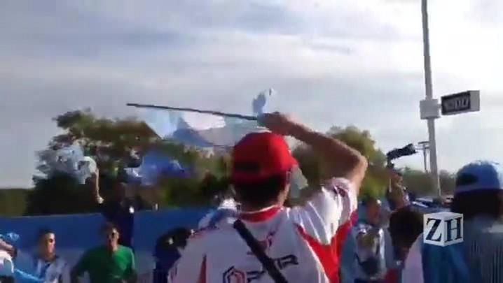 Argentinos cantam que Maradona é melhor do que Pelé