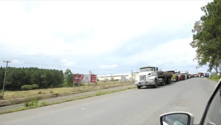 Protesto de caminhoneiros bloqueia BR-470 em Pouso Redondo