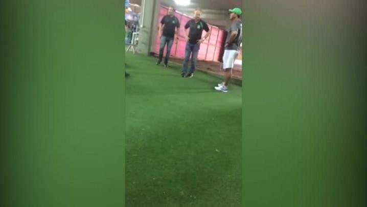 Diretor da Chapecoense pressiona árbitro no intervalo do jogo e arruma confusão