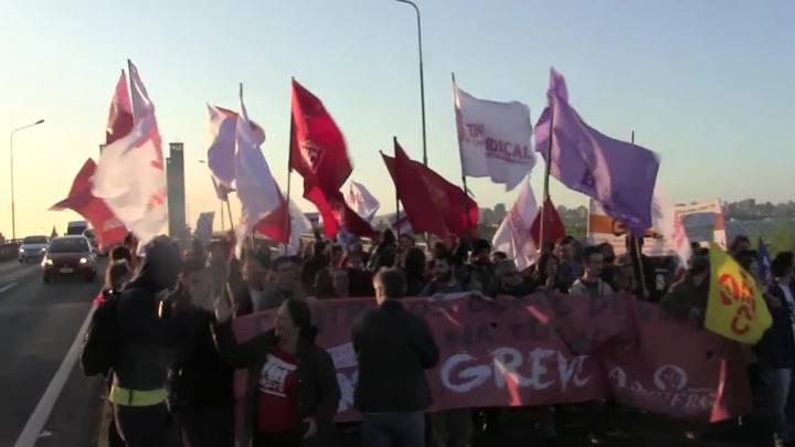 Servidores protestam na ponte do Guaíba