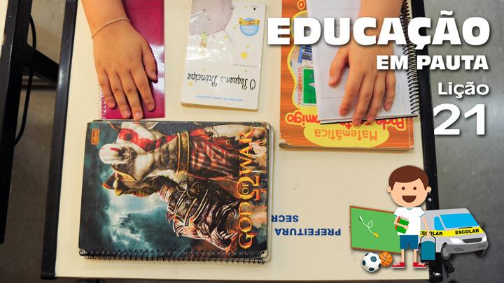 Sobre a mesa, todo o material escolar usado em um dia por uma turma