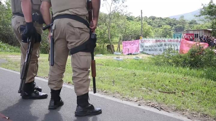 Polícia Militar retira ocupantes de área invadida na SC-401, em Florianópolis