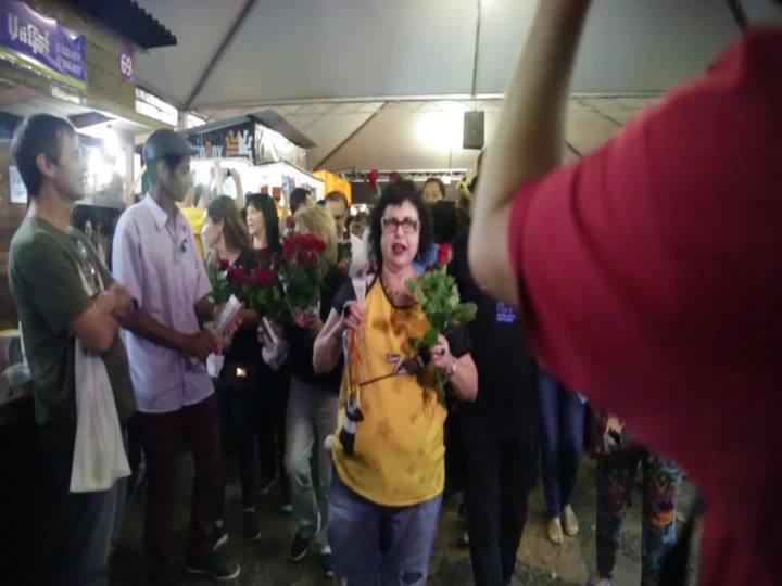 Tradicional cortejo de encerramento entoa canções pelas alamedas da Feira do Livro em Porto Alegre