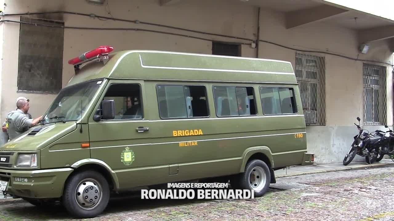 """Delegado explica o uso de micro-ônibus como \""""prisão\"""" improvisada"""