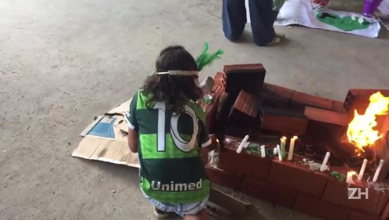 Torcedores fazem altar na Arena Condá a vítimas do acidente aéreo