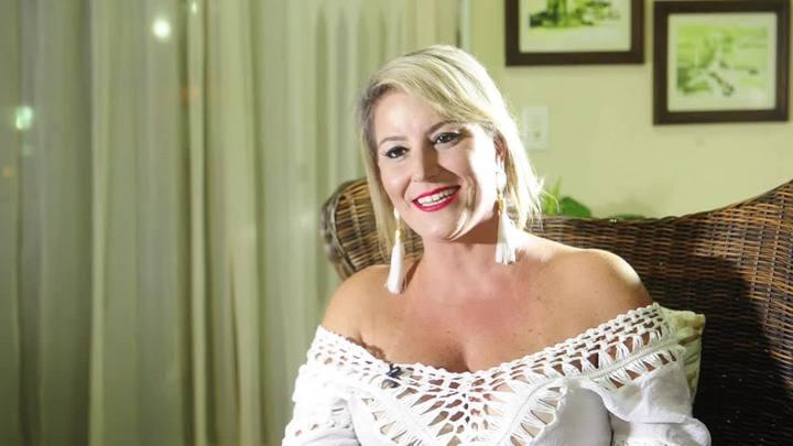 Rainha Patrícia Areias canta sambas que marcaram sua vida