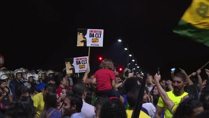 Manifestantes e policiais entram em confronto em Brasília