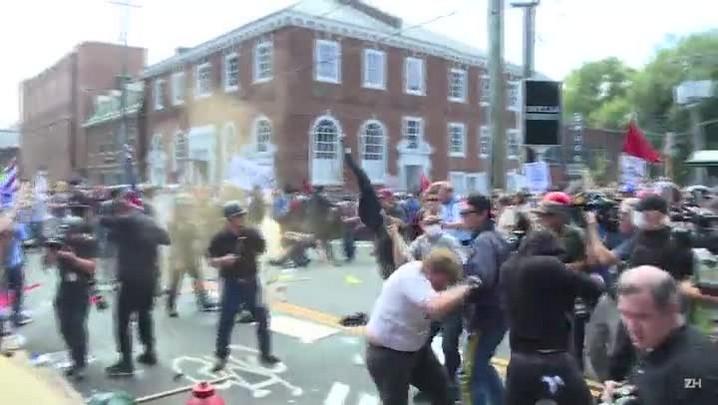 Manifestação em Charlottesville termina com um morto