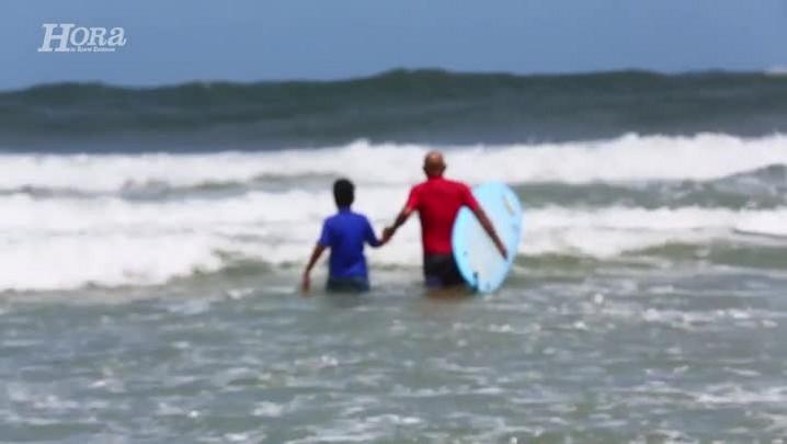 Aula de surfe incentiva o esporte e leva alegria para as crianças da Chico Mendes