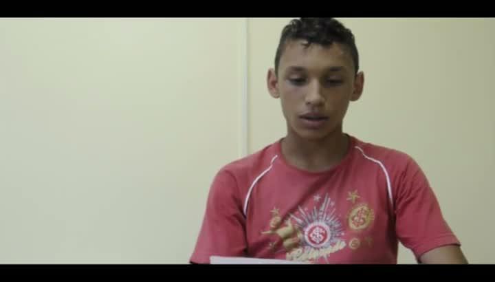 Duas crianças e um adolescente moradores da Casa Lar Padre Oscar Bertoldo, de Farroupilha, pedem uma família de presente de Natal