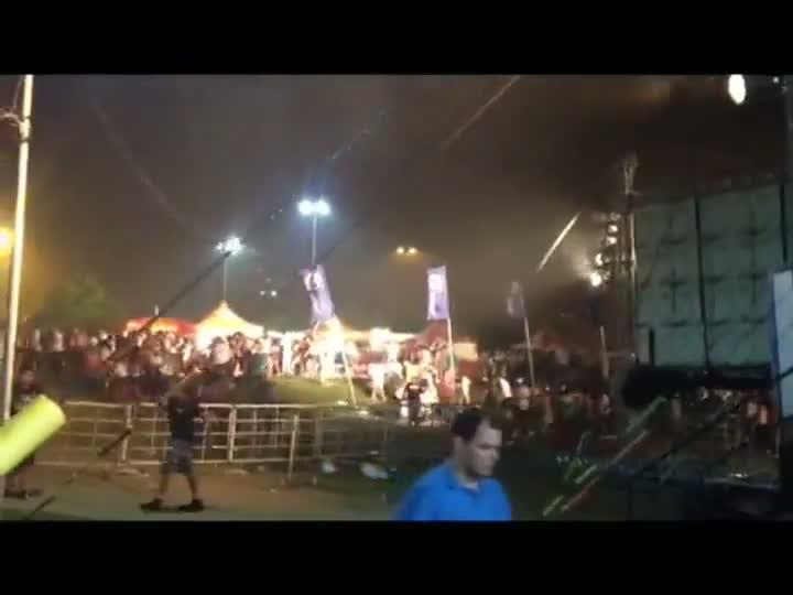 Multidão corre para se abrigar após temporal