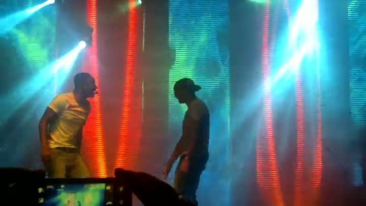 Ex-colorado Taison divide palco com Thiaguinho